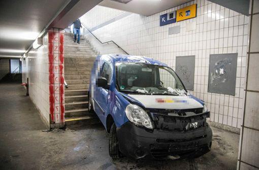 Auto fährt in S-Bahn-Unterführung