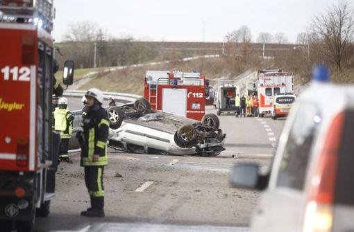 Auto überschlägt sich: Bundesstraße gesperrt