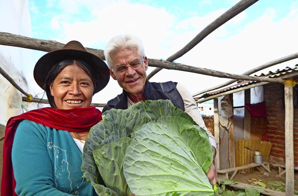 Siegfried Rapp mit einer Ecuadorianerin.  Dank eines Mikrokredits konnte auf den Feldern unweit der Stadt Ambato ein  neues Bewässerungssystem installiert werden. Seither verzeichnen die Bauern enorme  Zuwächse  – auch bei der Produktion von Kohlköpfen. Foto: privat