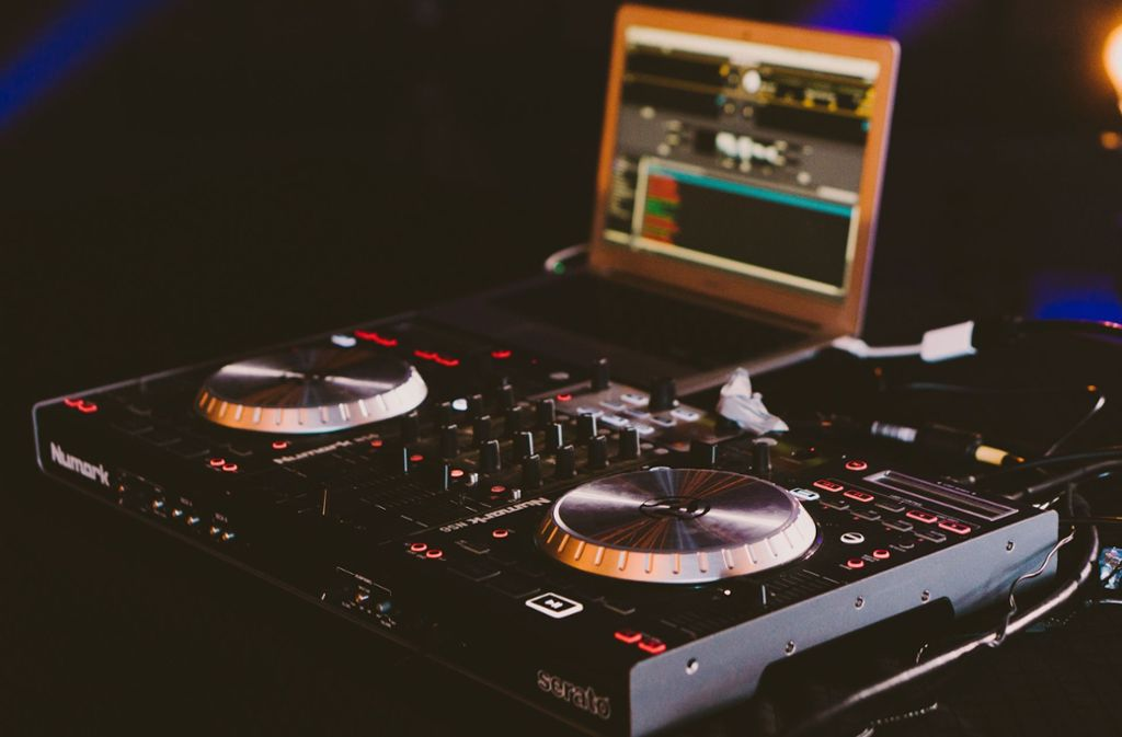 Die Diebe hatten das komplette DJ-Pult leergeräumt. (Symbolbild) Foto: Unsplash/Gabriel Barletta