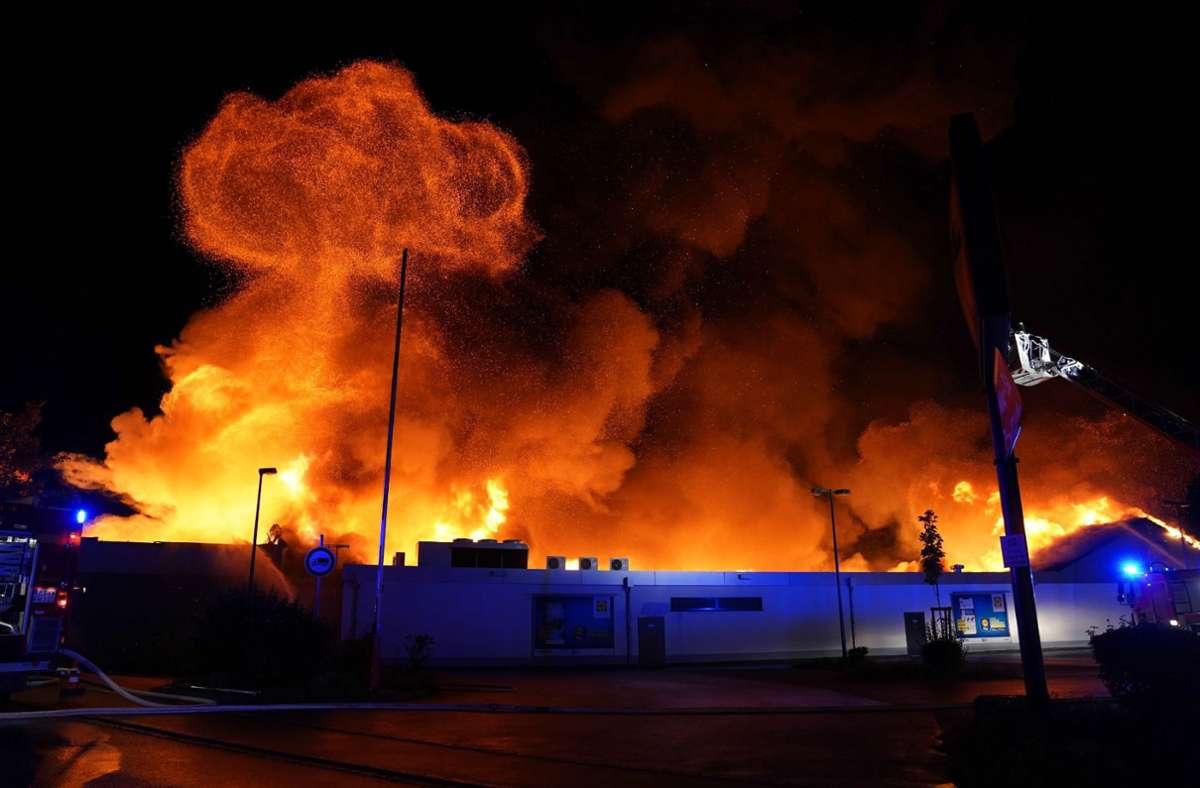 Ein Supermarkt im Kreis Esslingen steht in Flammen. Foto: dpa