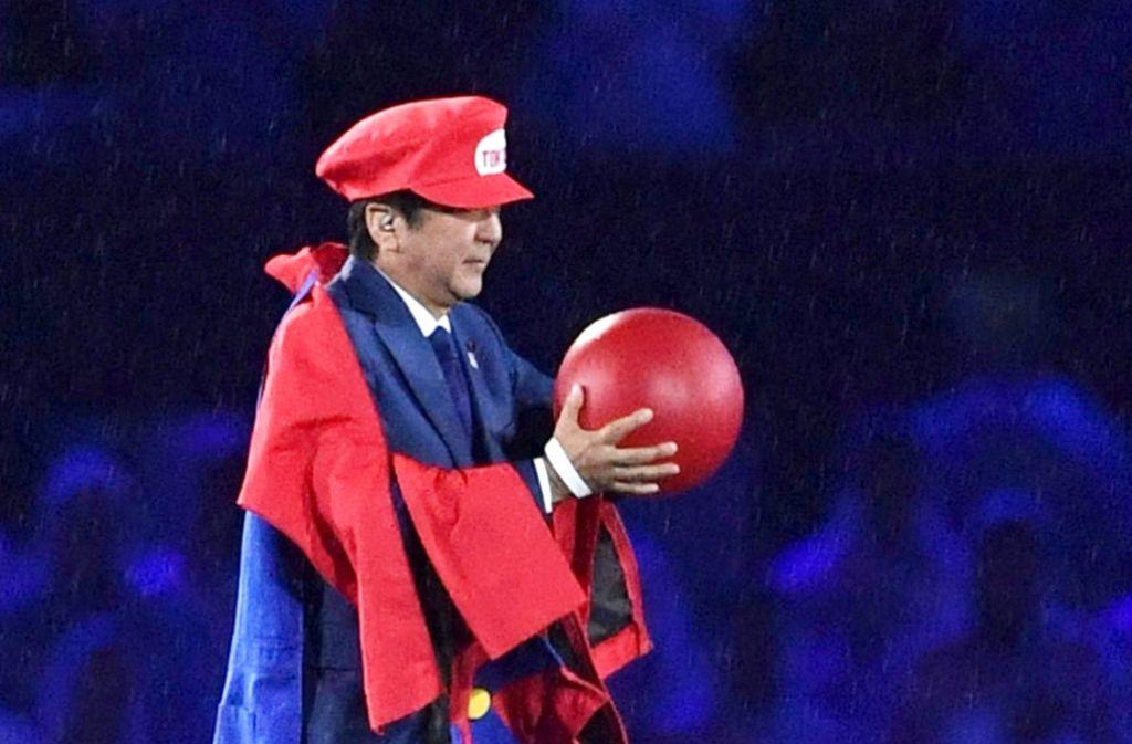 Japans Premier zeigt mit seinem Auftritt im Maracanã Humor. Foto: AP