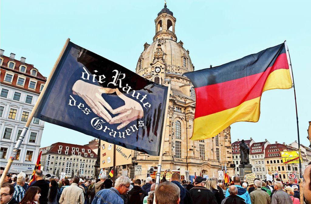Empörungsfreudiges Pflaster: Vor den  schönen Barockfassaden von Dresden demonstrieren besorgte Bürger. Foto: dpa-Zentralbild