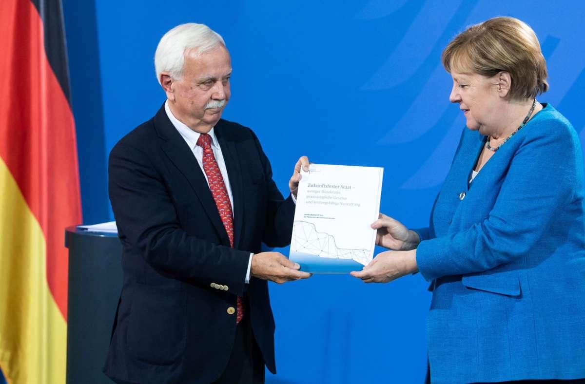 Einige harte Urteile stehen im Abschlussbericht des Normenkontrollrats,  den dessen Chef Johannes Ludewig nun Kanzlerin Angela Merkel übergab. Foto: dpa/Bernd von Jutrczenka