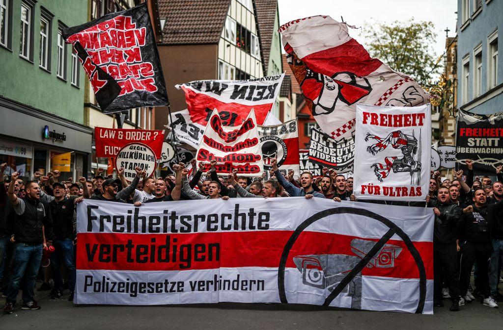Mächtig was los war bei der Demo in der Bad Cannstatter Marktstraße. Foto: Lichtgut/Christoph Schmidt