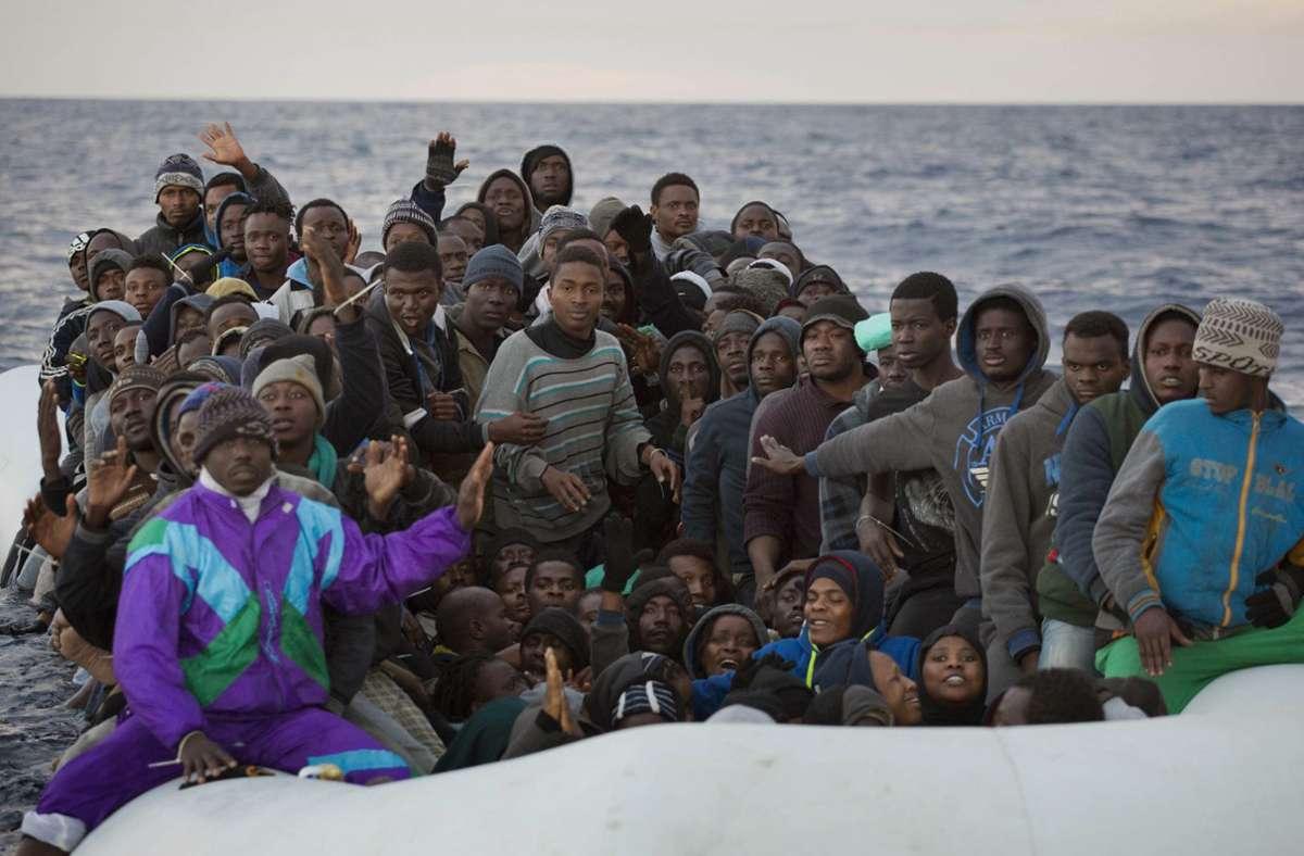 Immer wieder sterben Menschen bei ihrer Suche nach einem sicheren Hafen in Europa. (Archivbild) Foto: dpa/Emilio Morenatti