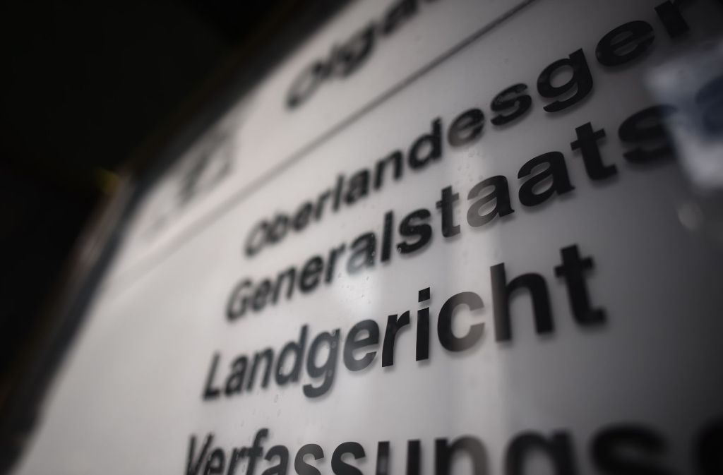 Vor dem Landgericht Stuttgart stehen zwei Männer, die eine 53-Jährige aus Habgier getötet haben sollen. Foto: Weingand / STZN