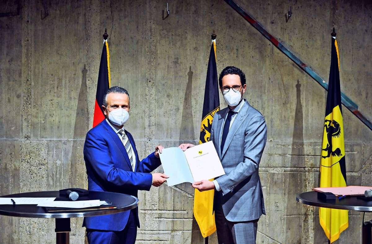 Der neue OB Frank Nopper (links) ist von Bürgermeister Fabian Mayer  vereidigt worden – hier die Übergabe der Ernennungsurkunde. Foto: Lichtgut/Max Kovalenko