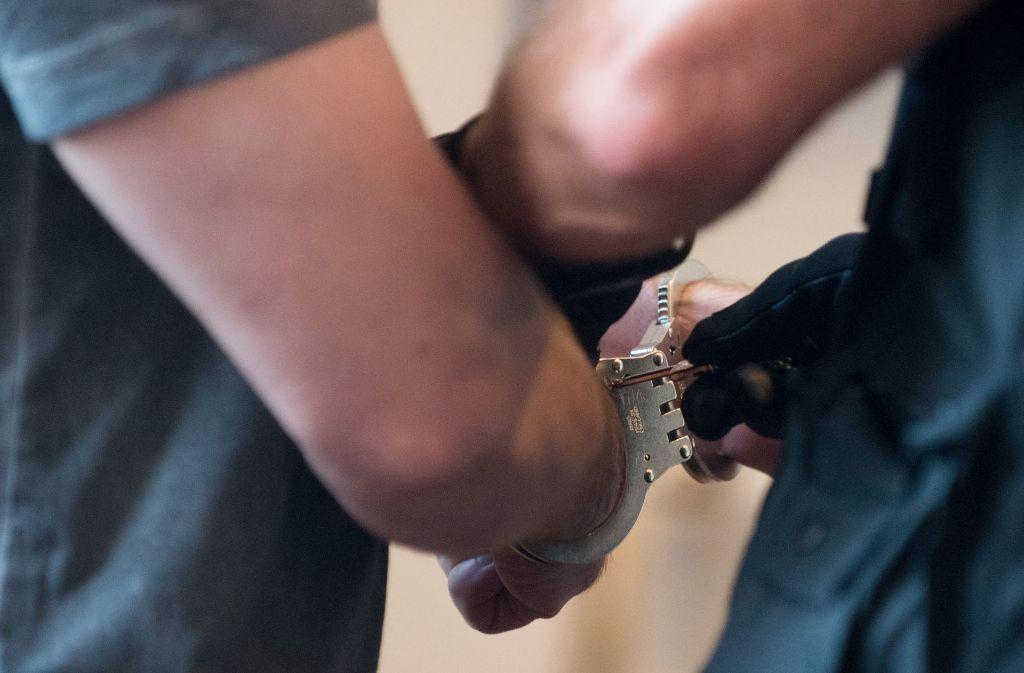 Zwei junge Männer wurden vorläufig festgenommen. Foto: Symbolbild/dpa