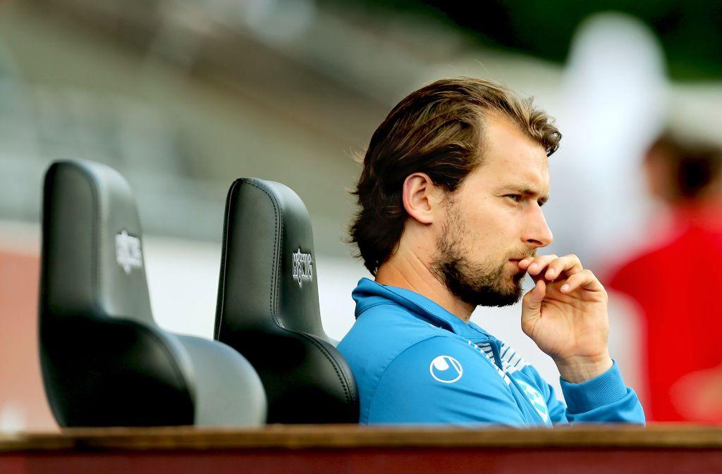 Trainer Tomasz Kaczmarek sitzt  auf der Kickers-Bank – die Frage ist, wie lange noch. Foto: Baumann