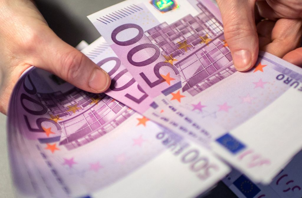 Bargeld in einem Geschenkkarton fanden Fahnder im Kofferraum eines Angeklagten. Foto: dpa/Matthias Balk