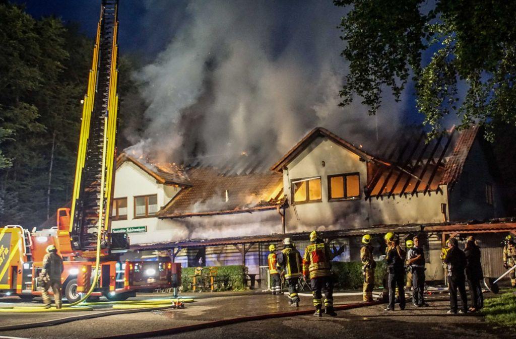 Das Schützenhaus bei Rutesheim ist in der Nacht zu Freitag komplett ausgebrannt. Foto: SDMG