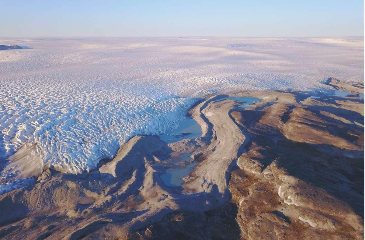 Der Rand des grönländischen Eisschildes endet nahe einer Felslandschaft. Die Gletscher  Grönlands schmelzen aufgrund des  Klimawandels immer schneller. Foto: Jason Briner/University At Buffalo/PA Media/dpa