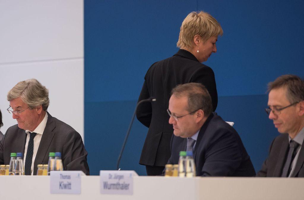 Thomas Bopp (li.) und Nicola Schelling (stehend) sind nicht gut aufeinander zu sprechen. Das soll sich bald ändern. Foto: Lichtgut/Max Kovalenko