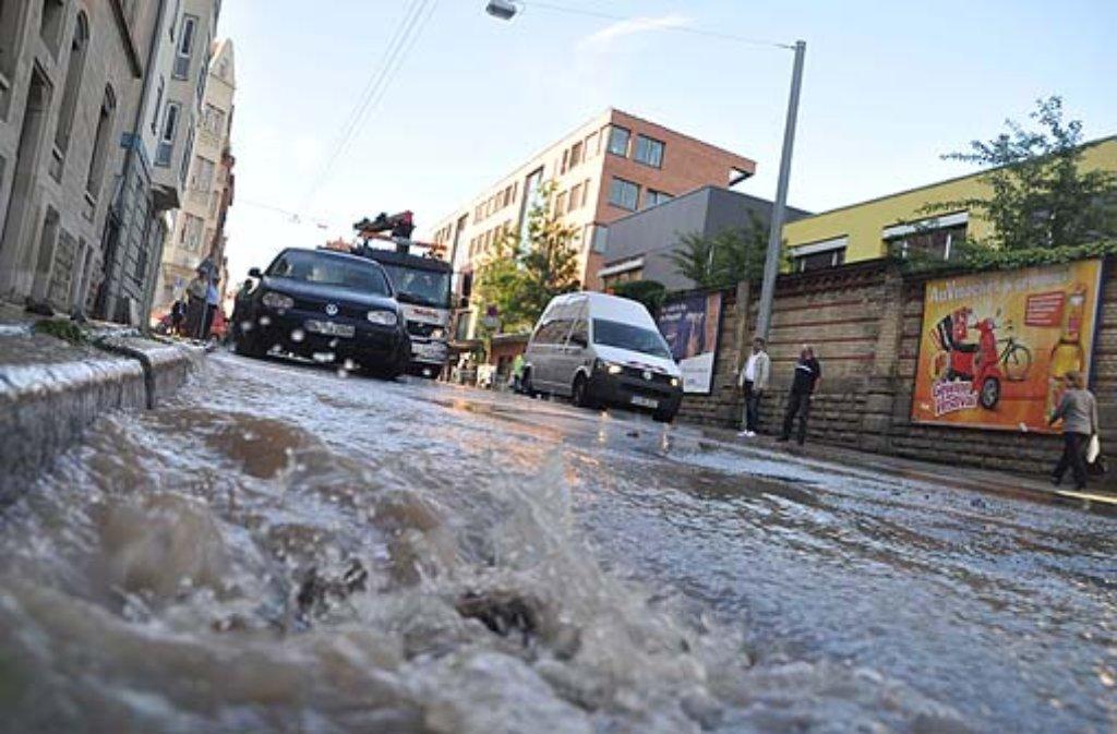 Der Wasserrohrbruch auf der Schwabstraße im Stuttgarter Westen. Foto: Andreas Rosar