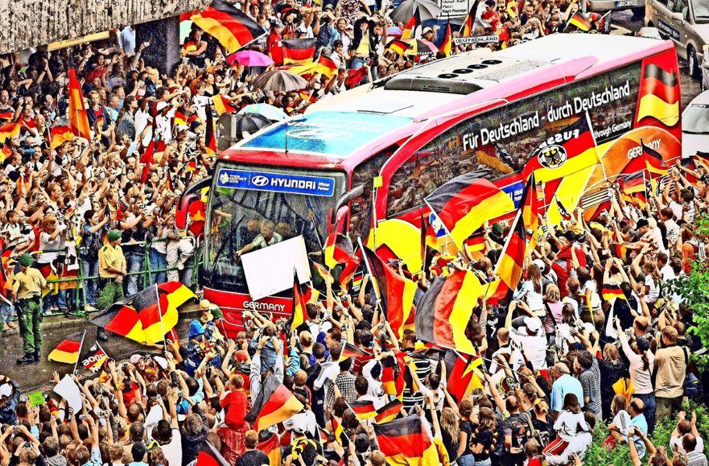 Mit großem Jubel haben Tausende Fans bei der WM 2006 den Mannschaftsbus des deutschen Teams in Stuttgart empfangen. Foto: dpa