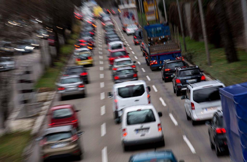 In der Stadt sind oft zu viele Fahrzeuge unterwegs. Ihre Abgase belasten die Luft. Foto: Lichtgut/Leif Piechowski