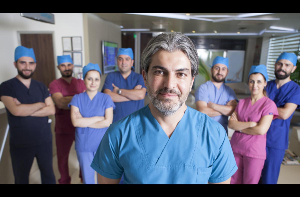 Dr. Serkan Aygin, Gründer und Leiter der Dr. Serkan Aygin Clinic, mit seinem Team.   Foto: Dr. Serkan Aygin Clinic