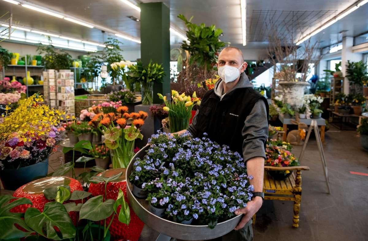 Eine wahre Blütenpracht: Die Blumengeschäfte dürfen seit Montag wieder öffnen. Darüber ist auch Ingo Jank erleichtert. Foto: Lichtgut/Leif Piechowski
