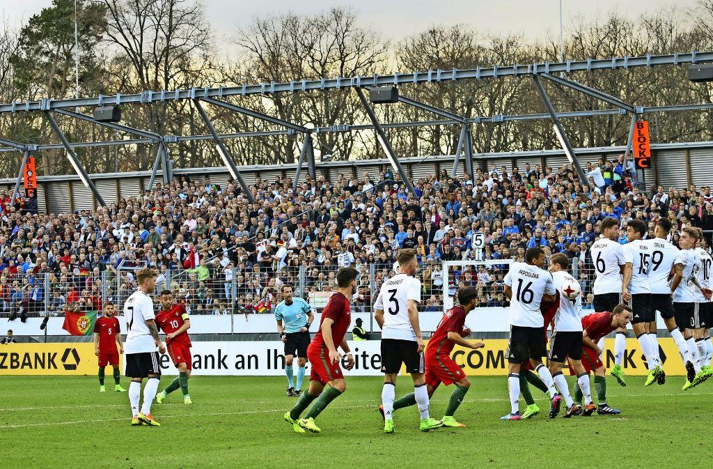 Beim Spiel der U-17-Nationalelf  war das Dach der Gegentribüne  weg. Foto: Baumann