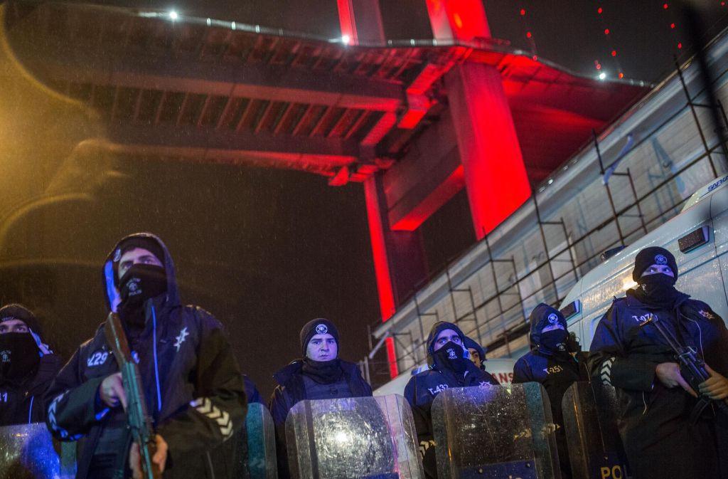 """Türkische Polizei riegelt den Bereich um den Istanbuler Nachtclub """"Reina"""" ab. Foto: Getty Images Europe"""