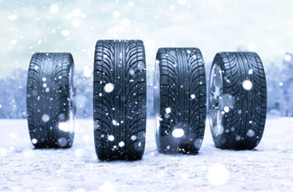 """Der Aufdruck """"M + S"""" (""""Matsch und Schnee"""") ist nicht geschützt. Beim Winterreifenkauf sollten Autofahrer daher zusätzlich auf das Schneeflockensymbol achten. Foto: Robert Kneschke  – Stock Adobe"""
