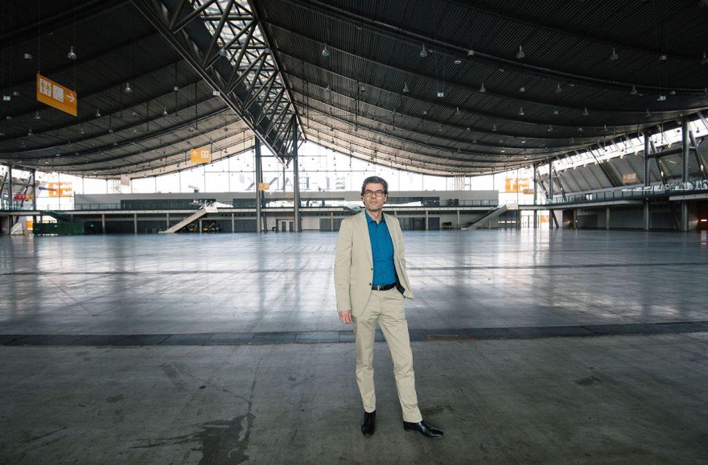 Messe-Geschäftsführer Stefan Lohnert allein auf weiter Flur: Die Ausstellungshallen auf den Fildern stehen wegen der Coronapandemie komplett leer. Foto: Leif Piechowski