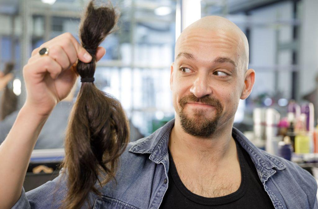Seine abgeschnitten Haare spendet Musicalstar Maximlian Mann für Perücken von Krebspatienten. Foto: Stage Entertainment/Jan Potente