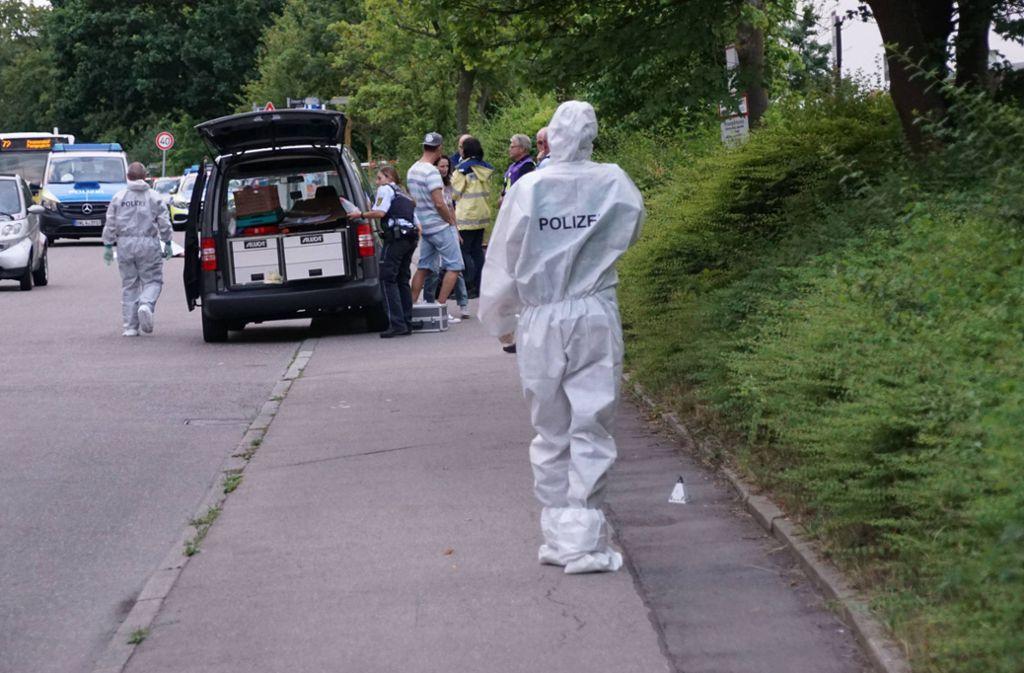 Die Polizei hat im Umkreis von Möhringen Straßensperren errichtet. Auch ein Polizeihubschrauber hielt aus der Luft nach dem Verdächtigen Ausschau. Foto: 7aktuell.de/Andreas Werner