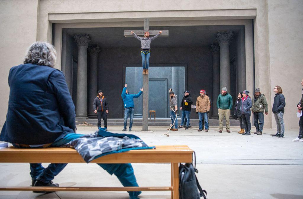 Proben auch bei Frost; der Frust kommt jetzt erst: Regisseur Christian Stückl vor der Kreuzigungsszene von Oberammergau Foto: dpa/Lino Mirgeler