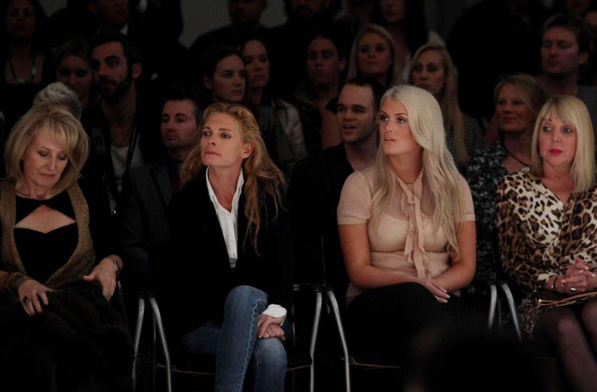 Amelia (zweite von rechts) und ihre Mutter Victoria (zweite von links) bei einer Modenschau im Jahr 2011. Foto: Imago