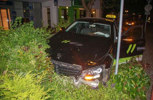 Taxifahrer kommt von Straße ab und rammt Betonpfeiler