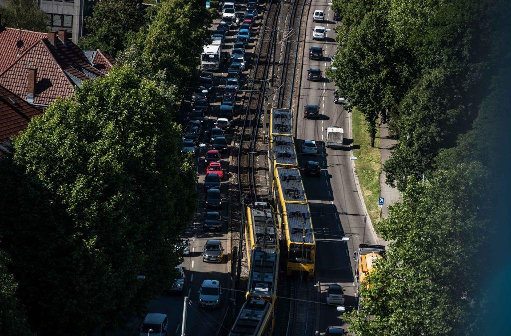 Autos, Bahnen, Busse, Radfahrer und Fußgänger: An einigen Orten in Stuttgart kommen sich Verkehrsteilnehmer in die Quere.Fotos: Lichtgut/Kovalenko (4), Piechowski, Willikonsky, Bernd Zeyer, dpa  (2) Foto: