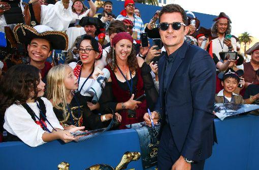 """Orlando Bloom mit Autogrammjägern bei der Premiere von """"Fluch der Karibik – Salazars Rache"""". Foto: GETTY IMAGES NORTH AMERICA"""