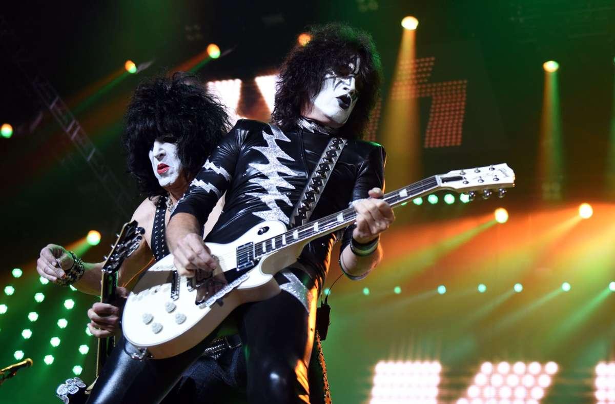 Der Musiker und Kiss-Frontman Paul Stanley (links), rechts der Gitarrist Tommy  Thayer Foto: dpa/Caroline Seidel