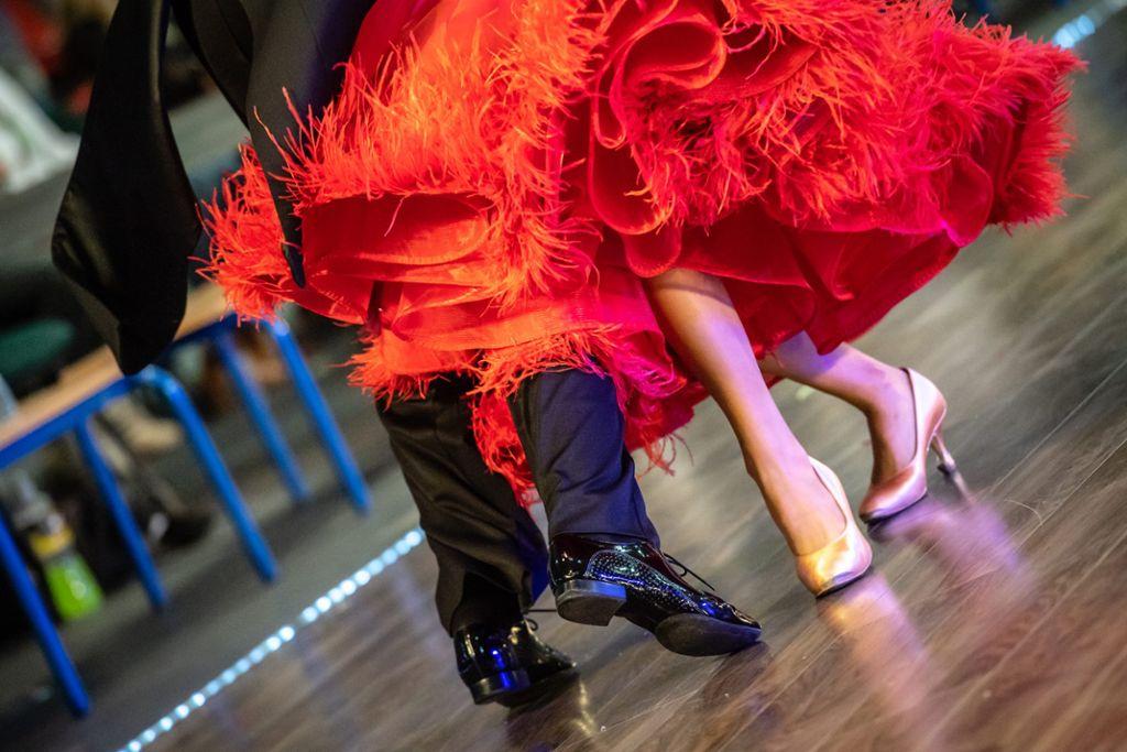 Tanzen kann man heute auch in Freizeitmode. Zu besonderen Anlässen, etwa einem Abschlussball, sollte es aber eine festliche Garderobe sein. Foto: Colourbox