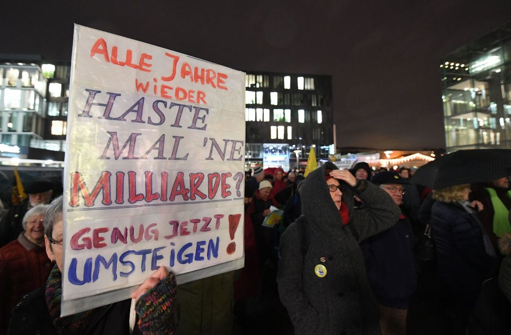 An der Montagsdemonstration gegen das Bahnprojekt Stuttgart 21 haben sich rund 400 Gegner beteiligt. Foto: dpa