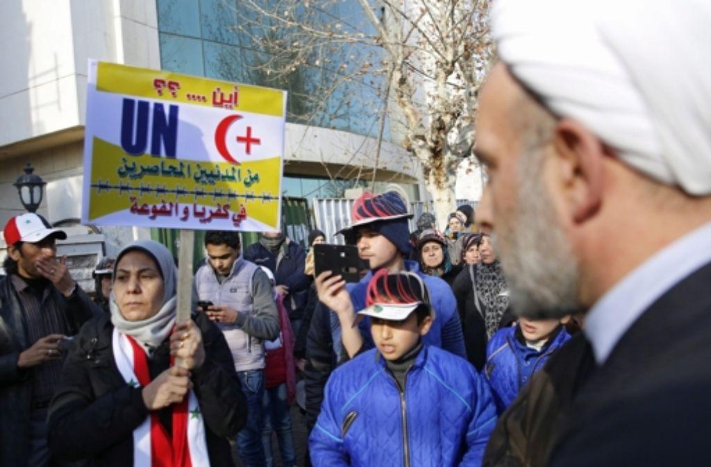 Menschen in Syrien, deren Städte bis vor Kurzem noch belagert waren, protestieren für Mitbürger, die immer noch eingeschlossen sind. Foto: dpa