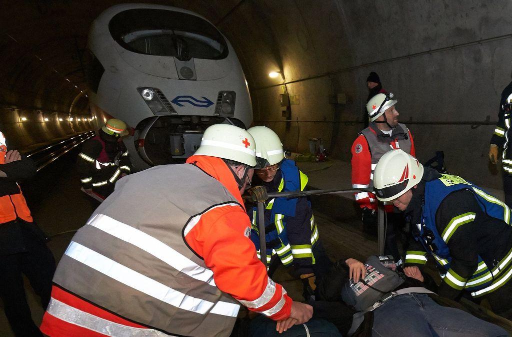 Rettungskräfte haben Ende Oktober in einem Tunnel bei Montabaur auf der Strecke zwischen Köln und Frankfurt die Bergung von Verletzten aus einem ICE geübt. Foto: dpa