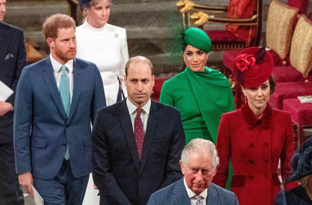 """Einst als die """"Fab Four"""" gehandelt, scheint die jungen Royals, die Brüder Harry und William, sowie die Schwägerinnen Meghan und Herzogin Catherine, nicht mehr allzu viel zu verbinden. Ob Prinz Charles (vorne) es wieder hinbiegen kann? Foto: AFP/PHIL HARRIS"""