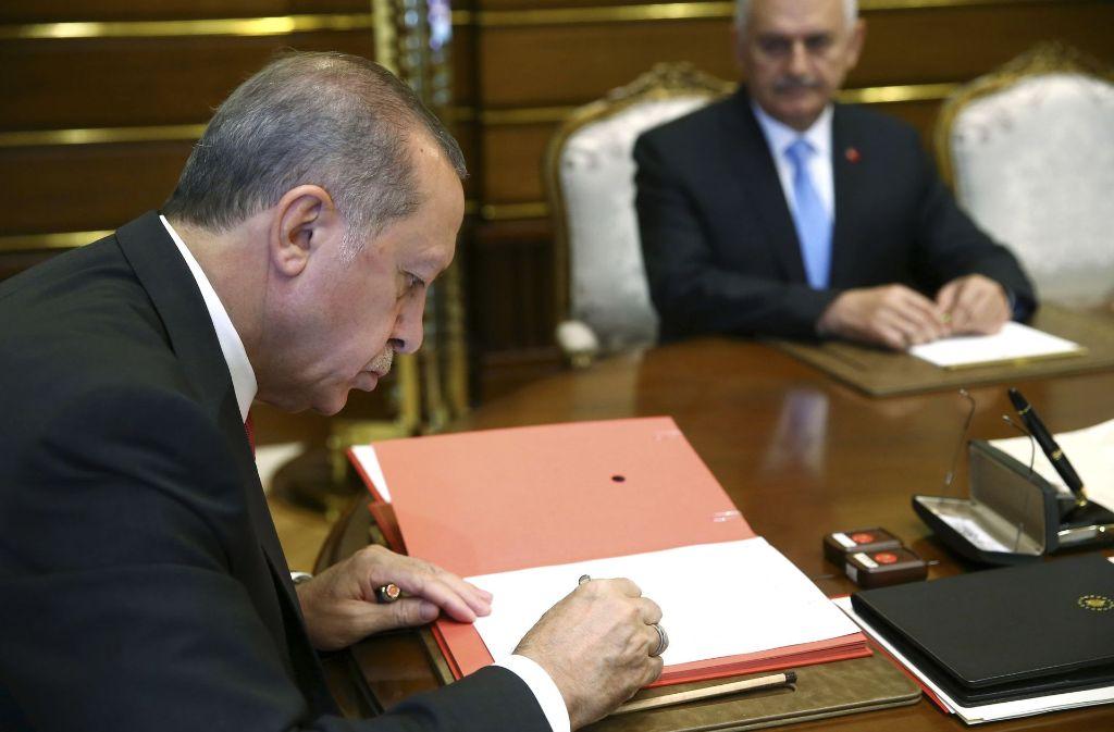 Recep Tayyip Erdogan hat am Mittwoch das Regierungskabinett umgebildet – und aus Deutschland von einer möglichen wirtschaftlichen Gegenreaktion gehört. Foto: AP