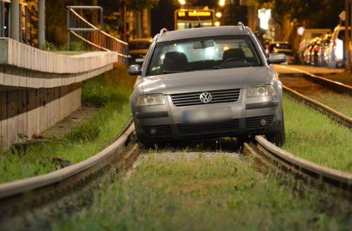Betrunkener Autofahrer fährt 100 Meter im Gleisbett