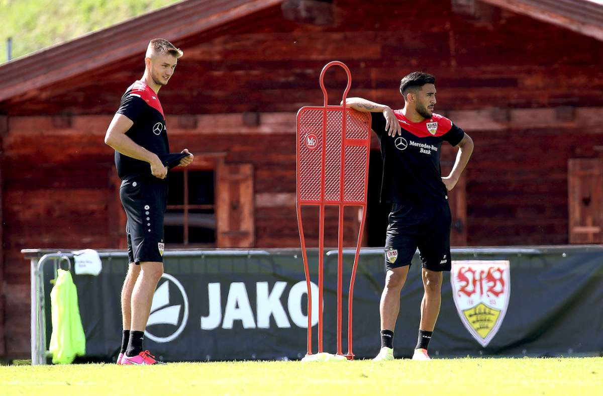 Die Stürmer Sasa Kalajdzic (links) und Nicolas Gonzalez schauen mal, was so geht bei den Trainingsübungen. Foto: Baumann
