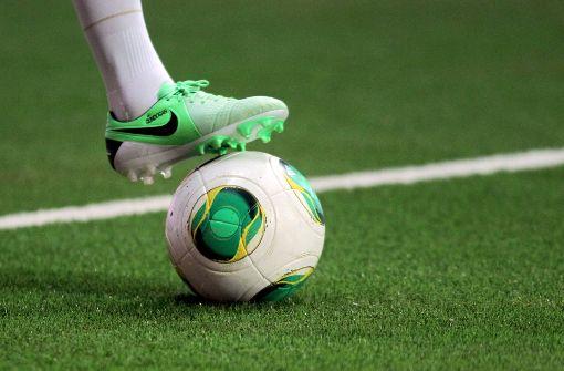 Sportler  kicken bald auf Kunstrasen