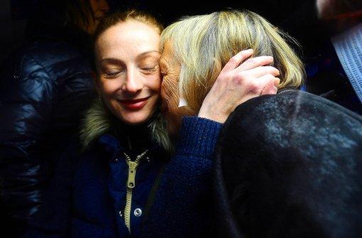 Endlich zu Hause: Florence Cassez umarmt in Paris ihre Mutter Charlotte. Foto: dpa