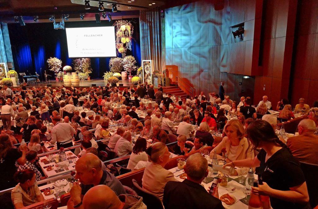 Das Publikum im vollbesetzten Hölderlinsaal der Schwabenlandhalle trinkt sich durch die zwölf Proben der Verkostung. Foto: Patricia Sigerist Foto: