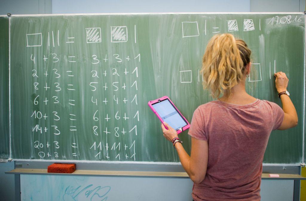 Ein Mathematik-Rätsel bereitet den Twitter-Nutzern Kopfzerbrechen (Symbolbild). Foto: Julian Stratenschulte/dpa