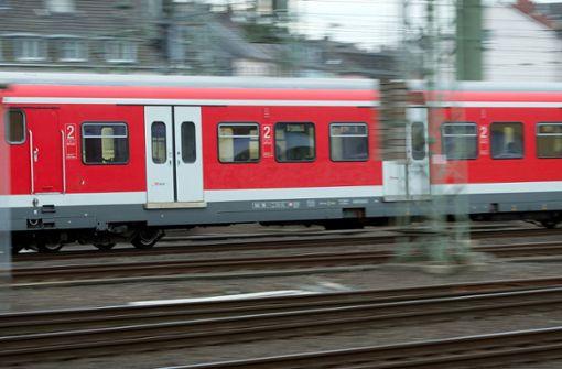 Männer attackieren mehrere Reisende
