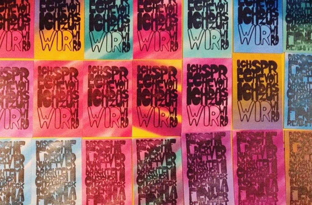 Die Sprüche des Steetart-Künstlers gibt es nun auch auf Postkarten, versteckt in der Stuttgarter Innenstadt. Foto: Instagram/fred_collant