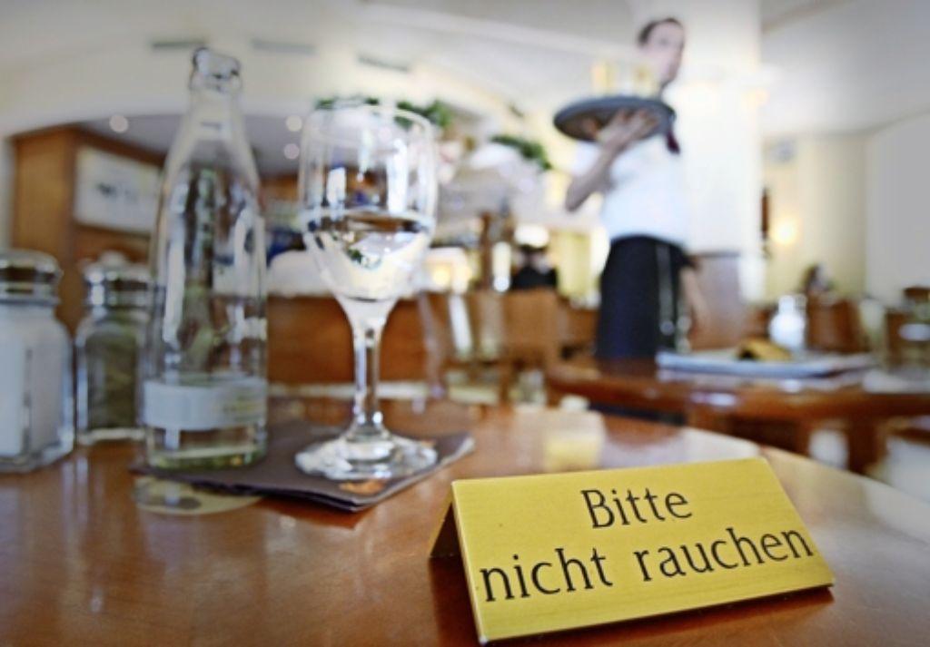 Wenn Essen serviert wird, ist die Einhaltung des Rauchverbots kein Problem. In Bars und Diskotheken wird dagegen oft munter gepafft. Foto: AP
